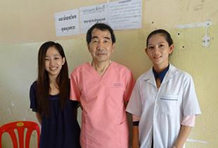 カンボジアにて、乳がん検診を実施した際、現地の医療スタッフと